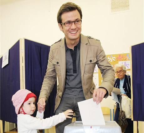 Předseda Strany zelených přišel k volbám v doprovodu své dcera Stelly. (28. května 2010)