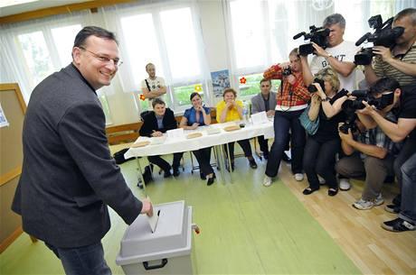 Předseda ODS Petr Nečas odvolil v Rožnově pod Radhoštěm za velkého zájmu médií. (28. května 2010)