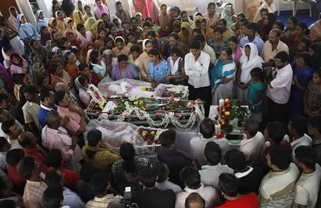 Příbuzní pohřbívají oběti letecké nehody