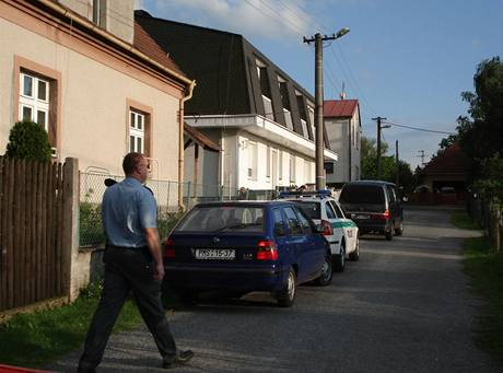 Na muže byl vydán zatykač. Přesto se schoval ve sklepě rodinného domku.
