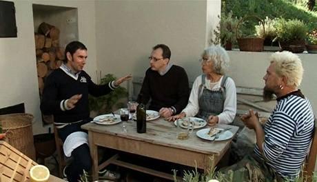 Emanuele Ridi s přáteli si pochutnávají na vepřové pečeni.