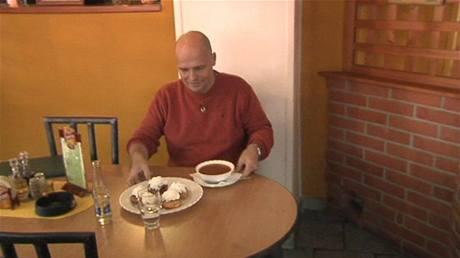 V Lesním zátiší u Rozvadova Zdeněk Pohlrecih s chutí přikusoval domácí vdolečky se šlehačkou k dršťkové polévce.