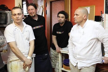 Záběry z kuchyně Pí lokálu v Písku během prvního natáčení, kdy na samolepku s hvězdičkou nedosáhli.