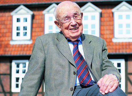 Prof. Dr. Fritz Sennheiser před sídlem společnosti Sennheiser ve Wennebostelu