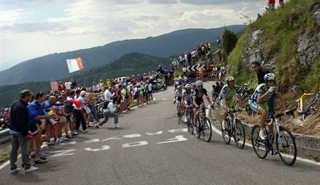 Italský cyklista Vincenzo Nibali v čele.