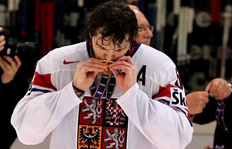 ZLATÁ ODMĚNA. Jaromír Jágr, největší osobnost české hokejové reprezentace, se zlatou medailí.