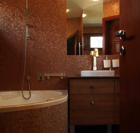 Ve velké koupelně zůstala původní vana