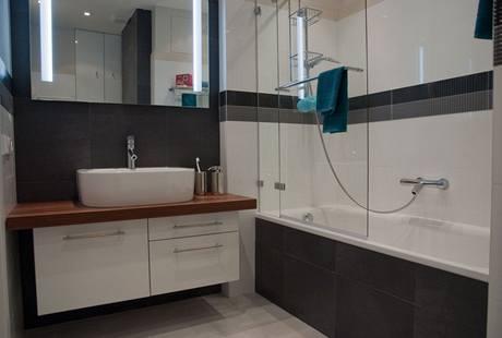 Skleněná zástěna nahrazuje i sprchový kout