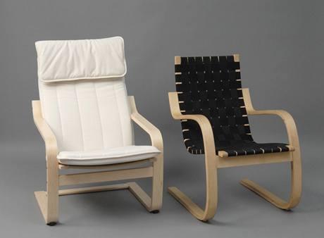 Vlevo křeslo Poang (1970) z tzv. skandinávské moderny, výroba IKEA, vpravo křeslo designéra Alvaro Aalta