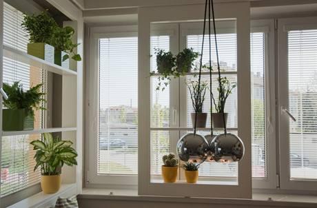 Zastínění jinak přesvětleného interiéru zajistí přidaná policová okna
