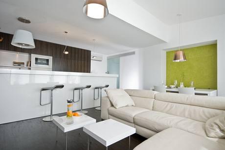 Obytnému pokoji dominuje kuchyně s velkým varným ostrůvkem