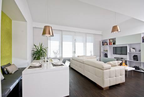 Interiér je laděný do jednoduché barevnosti