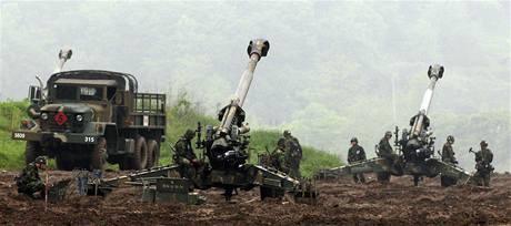 Jihokorejští vojáci nacvičují obranu proti případnému útok severokorejské armády. (25. května 2010)