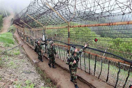 Jihokorejští vojáci testují zátarasy, které lemují demilitarizoanou zónu. (25. května 2010)