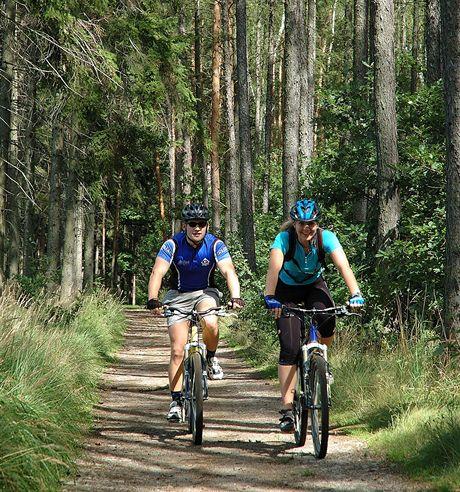 Cyklovýlet na Karlštejn. Příjemný začátek trasy lesy nad Radotínem.