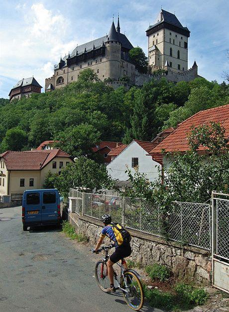 Neobvyklý pohled na hrad Karlštejn ze stejnojmenné obce