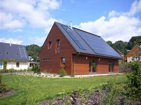 Koberovy, Česko. Podobnou dřevostavbu, kde solární kolektory a fotovoltaické panely zajistí dost energie na pokrytí spotřeby tepla, lze pořídit za cenu do čtyř milionů korun