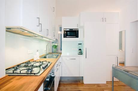 Nejen dokonalý přehled o dění u vstupních dveří, ale i cestu dennímu světlu zajišťuje část předělu mezi vstupní předsíní a kuchyní