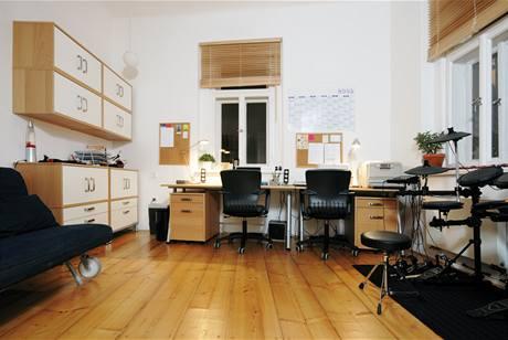 Pracovna představuje jedinou místnost, kde se nehýbalo zdmi. V případě potřeby pracovna slouží jako hostinský pokoj