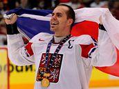 KAPITÁN S VLAJKOU. Tomáš Rolinek oslavuje titul mistra světa.