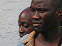 Homosexuálové Tiwonge Chimbalanga (vpravo) a Steven Monjeza byli v Malawi odsouzeni za symbolický sňatek. (20. května 2010)