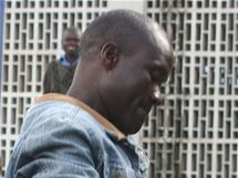 Homosexuálové Tiwonge Chimbalanga (vlevo) a Steven Monjeza byli v Malawi odsouzeni za symbolický sňatek. (20. května 2010)