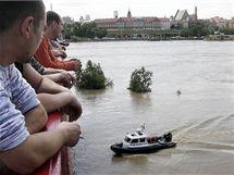 Obyvatelé Varšavy sledují stoupající hladinu Visly (21. května 2010)