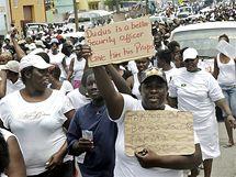 """Obyvatelé Kingstonu protestují proti vydání drogového bosse Christophera """"Duduse"""" Cokea do USA"""