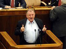 Slovenský parlament projednával návrh novely zákona o státním občanství. U řečnického pultu předseda HZDS Vladimír Mečiar. (26. května 2010)