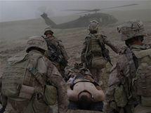 Vojenští lékaři nesou příslušníka americké námořní pěchoty do helikoptéry v provincii Helmand (6. června 2009)