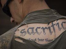 Tetování příslušníka americké pěchoty v Afghánistánu (6. června 2009)