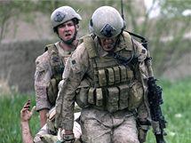 Vojenští lékaři evakuují příslušníka americké námořní pěchoty v Afghánistánu (4. června 2009)