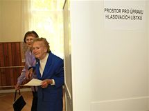 Nejstarší obyvatelka ČR Juliana Vašíčková volila v Prušánkách na Hodonínsku (29. května 2010). K volbám ji doprovodila dcera Dagmar Lysá (vlevo)