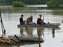 Obyvatelé Rohatce na lodi obhlížejí lagunu, která se vytvořila z rozvodněné řeky Moravy