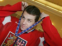 Hokejista Petr Hubáček se zlatou medailí z mistrovství světa v Německu