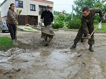 Slavkov u Brna - odklízení bahna po silné bouři z Tyršovy ulice (26. května 2010)