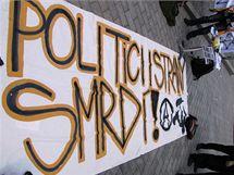 """Anarchisté na náměstí Svobody uspořádali """"antivolební akci"""", protestovali také proti zákazu hudební produkce v metropoli jižní Moravy"""