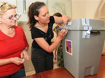 Eva Antonínová (vpravo), předsedkyně volební komise, zahajuje sčítání hlasů ve volební místnosti v Brně na Dominikánské ulici (29. května 2010)
