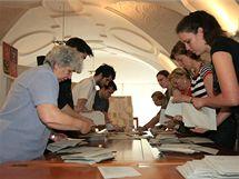 Začíná sčítání hlasů ve volební místnosti v Brně na Dominikánské ulici (29. května 2010)