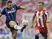 Lucio, obránce Interu Milán (vlevo), odkopává míč před Ivicou Oličem, útočníkem Bayernu Mnichov