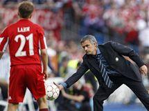José Mourinho, trenér Interu Milán (vpravo) chytá míč před přihlížejícím Philippem Lahmem, obráncem Bayernu Mnichov