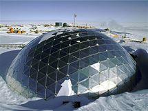 Nedaleko Jižního pólu na Antarktidě se nachází moderní vědecká základa USA.