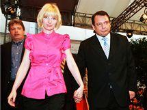 Petra a Jiří Paroubkovi odcházejí z tiskové konference na které předseda ČSSD rezignoval na svůj post. (29. května 2010)