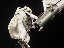 """Astronauti se při výstupu do volného prostoru i """"vozili"""" na robotické paži Canadarm, aby si usnadnili přepravu při práci (STS-132)"""