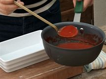 Jako první vrstvu do zapékací mísy nalijte sugo, tedy rajčatový protlak s cibulkou.