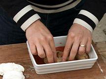 Coby druhou vrstvu vyskládejte do misky opečené plátky lilku.