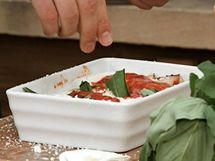 Pro chuť a vůni posypejte omáčku sugo natrhanými kousky bazalky.