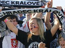 Fanynka Hradce Kr�lov� oslavuje postup sv�ho obl�ben�ho t�mu do prvn� ligy.