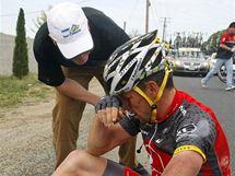 Lance Armstrong po pádu při závodu Kolem Kalifornie.