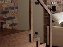 Detail schodiště, které ústí v obývacím pokoji